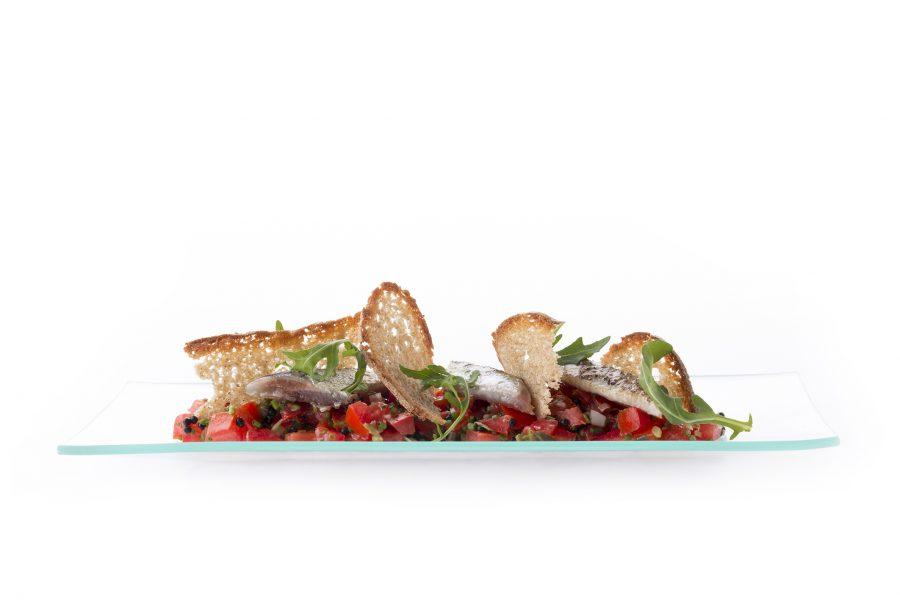 Plato1_Tartar de tomate con sardinas marinadas